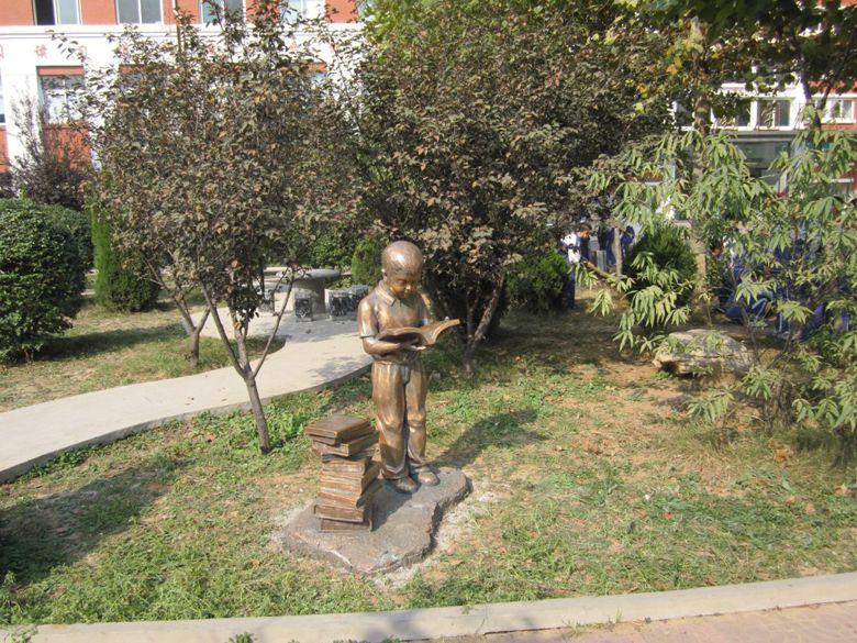 校园文化-雕塑小品读书男孩